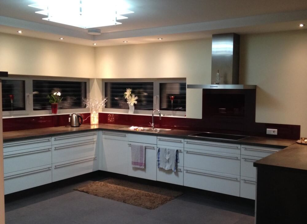 Küchenrückwand aus Glas in Weinrot